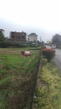 大洲一红色轿车上班路上突然下田耕地,起吊车紧急救援中