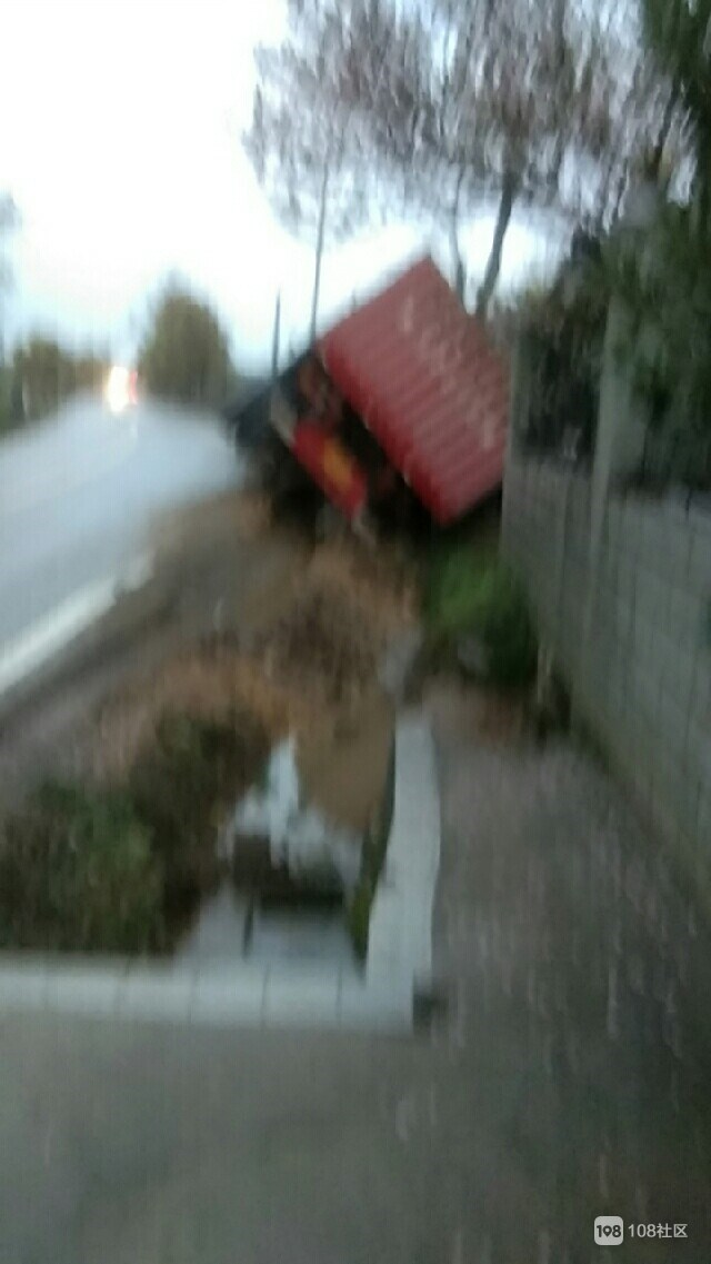 景德镇这地方又有车开翻了