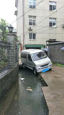 """误把""""水路""""当马路,上下门村一面包车开进沟里"""