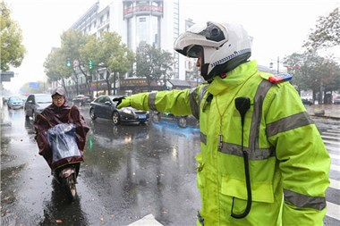 市区路面上头盔佩戴率不到五成!不戴头盔:看警示片签承诺书