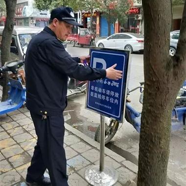 永安街电瓶车乱停被锁,车主大肆辱骂执法人员!还手握榔头…