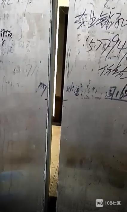 """愚人节电梯也来""""恶作剧""""!出故障被关电梯真吓人!"""