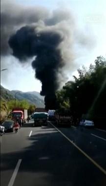 柯桥兰亭一货车突然边开边着火,现场黑烟滚滚好吓人!