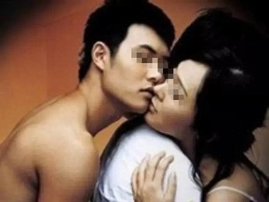 """男同事突然抱我吻了我,却不承认我们关系,一直玩""""地下情"""""""
