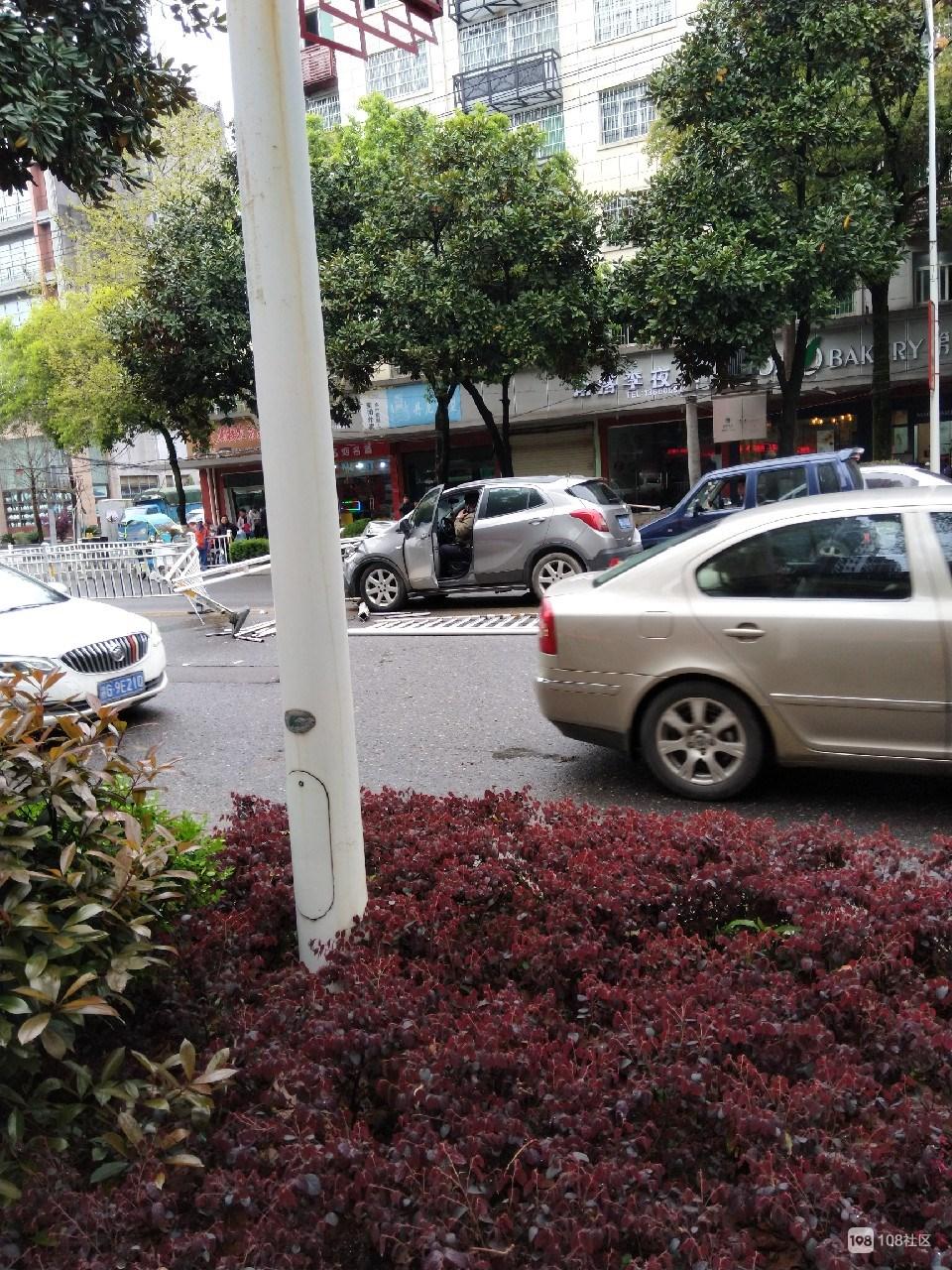 瓷都大道又有车撞倒护栏!戳进驾驶室 车头受损