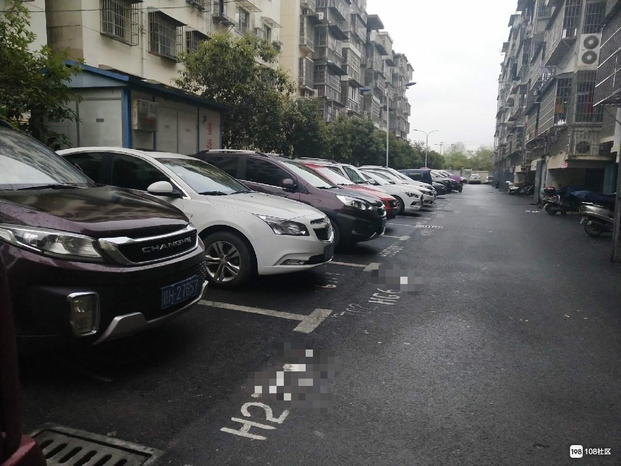 景德镇某小区把绿化带铲了做停车位!还收720一年