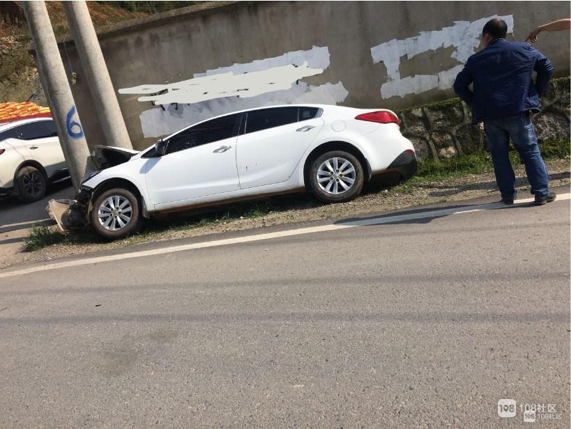 岚山路上惊现神车技,汽车引擎盖被电线杆劈成两半!