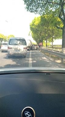 航埠回衢州的路上几辆车同时刮擦,回程车辆要慢行!