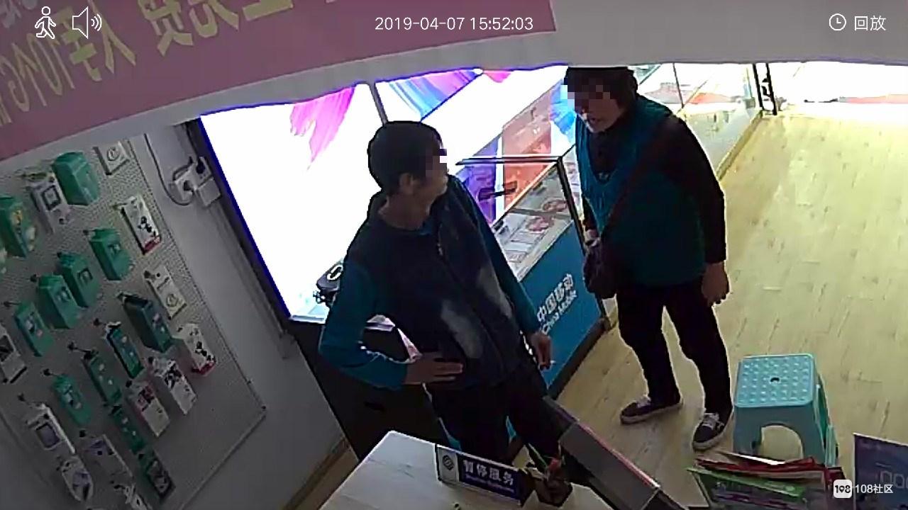 瓷都这老人到我店里偷手机!假装交话费 手法很熟练