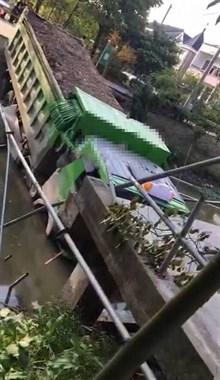 吓人!海宁一运土车直接压断桥,半车入水卡得动弹不得
