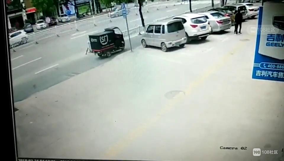 惊险!瓷都这女子开车玩手机撞到护栏 气囊都炸了