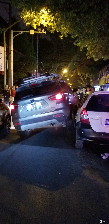 """财校附近发生""""离奇""""车祸!这么窄的路竟挤4辆汽车"""