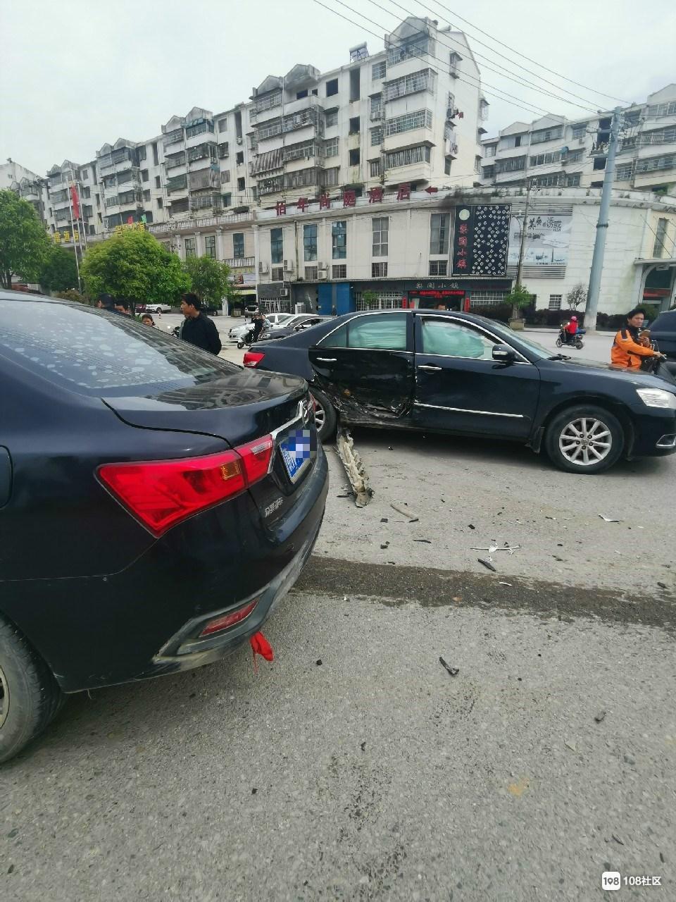 景德镇老年大学附近一汽车撞上调头车!车头损坏严重