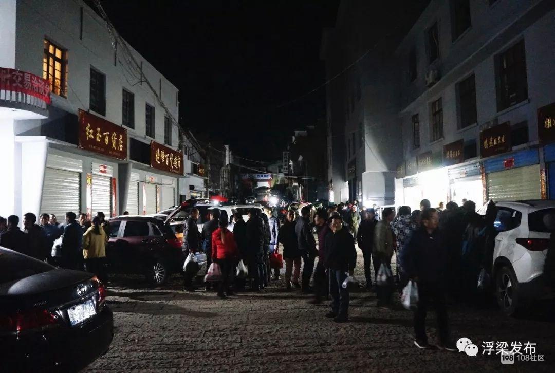 瑶里茶市真热闹 凌晨就灯火通明 茶农大排长队!