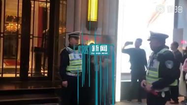 日本男子乱穿马路 上海交警霸气教育:这不是100年前