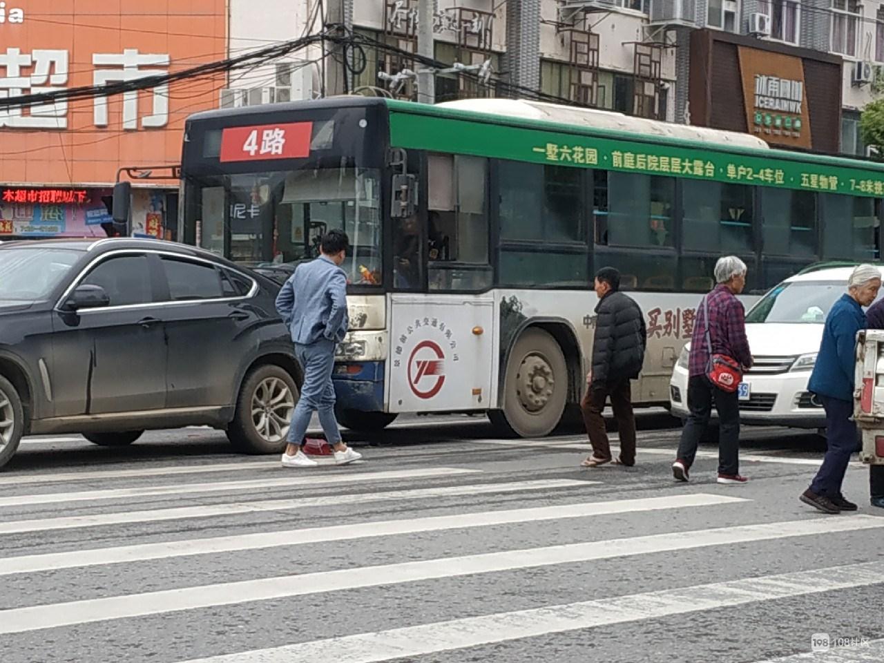 砰一声响!惠佳超市门口4路公交撞凹宝马车屁股 乘客吓坏了