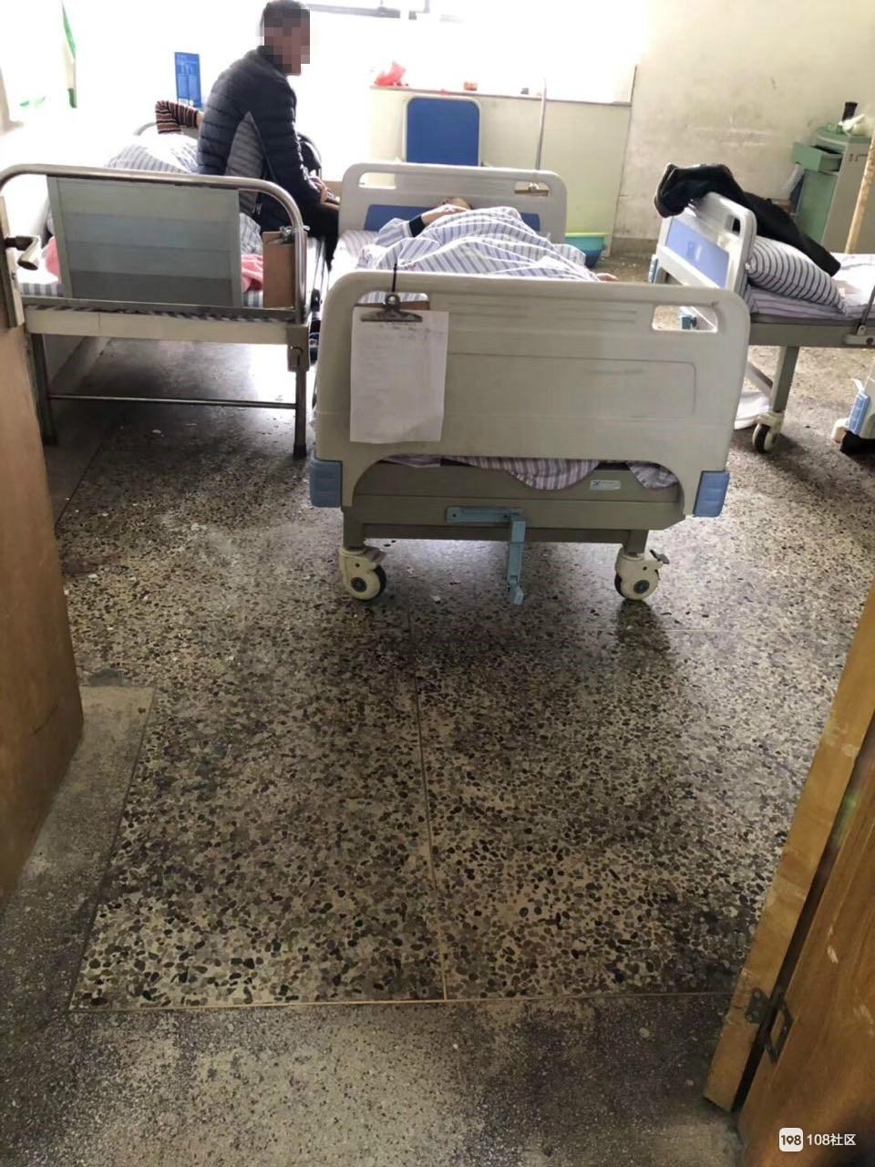 镇巴佬住医院半夜竟被天花板水泥块砸伤 医院也不给个说法