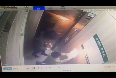 炸了!这谁家熊孩子怎么教的,竟然在电梯里面玩火