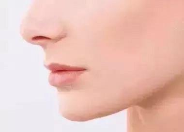 嘴唇总是干裂、起皮,唇膏无效?请注意!这不是因为缺水,而是……