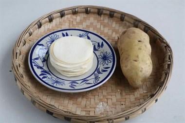1斤饺子皮1个土豆,简单做成早餐,上桌瞬间被抢光!
