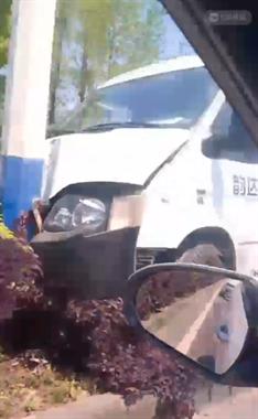 险!浙西大道一快递车冲上绿化带,后又撞上电线杆