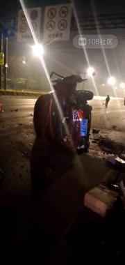 惨!海宁大道两车对撞一车侧翻!车内男子脑浆流出当场死亡!