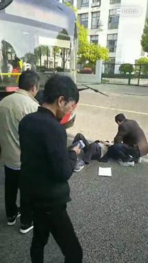 绍兴一老人倒在公交车前,举着牌子求撞!上面写着…