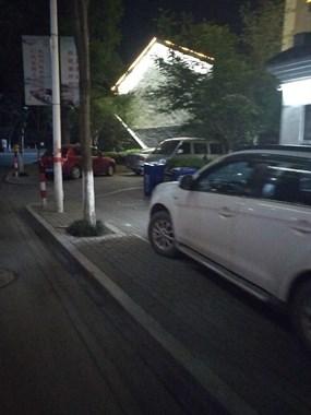 乾元镇停车场没车停,人行道上停满车。