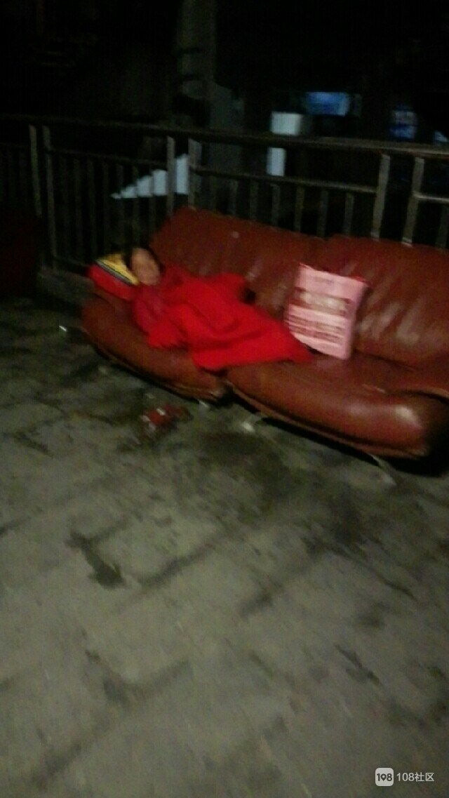 半夜三点水东桥下躺着位老奶奶,竟沦落到这步田地…