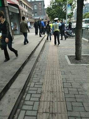 景德镇人把车停停好!人民广场附近交警严查电动车