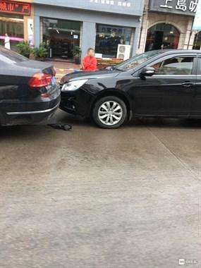 这运气逆天了!一上午连遇三起车祸 社友:开车看到你都怕了
