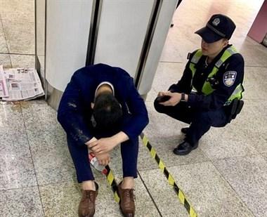 为陪客户醉倒地铁站!妻子赶来后他说了一句话,网友全哭了
