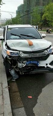 """煤山金鼎苑小区发生车祸!疑似酒驾玩""""漂移"""",车头撞报废!"""
