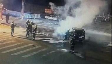 嵊州街头一SUV撞车后起火烧至报废 车主涉嫌酒驾被查