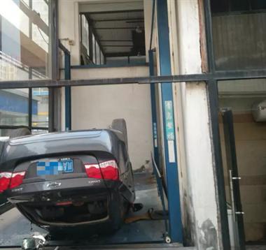 路呢?男子买车从二楼展厅开下楼,结果摔个底朝天…
