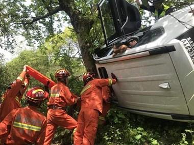 衢州一私家车超车不慎侧翻陡坡,民警砸天窗救人