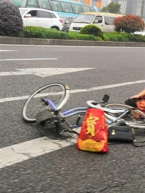 浦西一女子骑自行车在斑马线被撞 捂住头部躺在车流中
