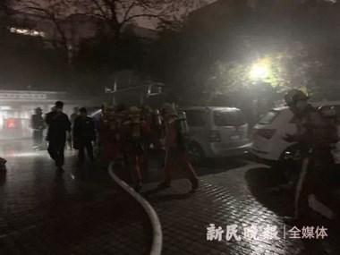 轰!特斯拉在车库疯狂自燃,旁边两车遭殃,居民紧急疏散