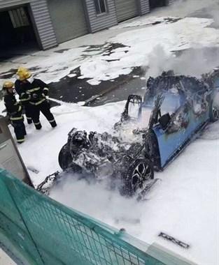 """不到24小时,又有一辆车烧毁了!网友:""""难兄难弟""""花式蹭热点…"""