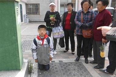 会不会太过?邻居老板娘让9岁儿子当街下跪,人来人往