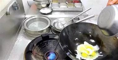 鸡蛋不要炒着吃了,试试这做法,简单一煎,这味道吃一口忘不了