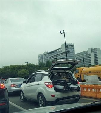 私家车秒变集装厢!导致后面的车开好慢 一路交警都不管吗?