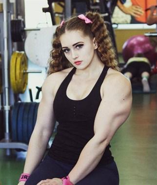男士进,这里有个女社友要跟你比肌肉,就问你服不服