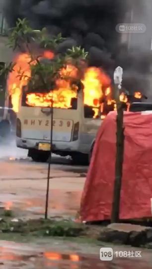 刚刚!南平一巴士发生自燃,熊熊烈火吞噬整个车身