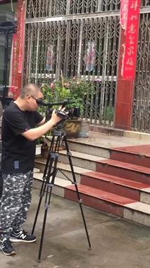 黑衣男子扛着摄像机拍拍拍!石塘又有人要火了