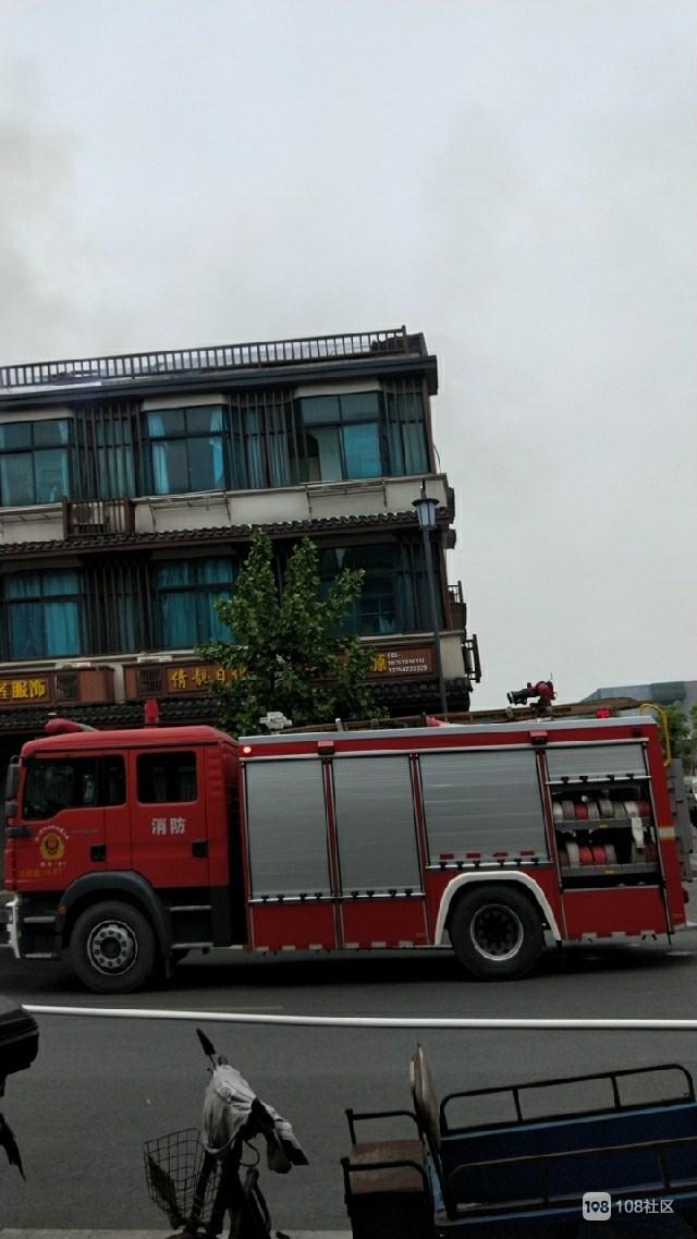 下舍一楼房起火!屋顶大洞直冒烟火,引发大批街坊围观