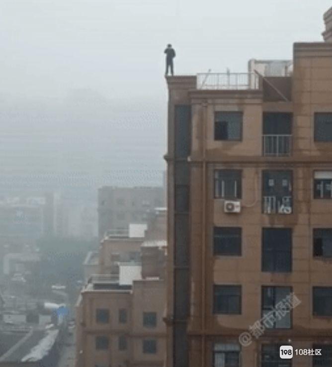 高三男生赌气站上18层楼顶,边角突然碎裂…坠下身亡