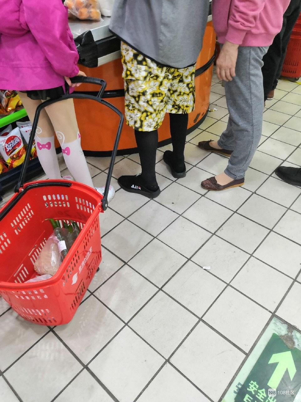 夏商超市惊现骚气帅哥!穿性感黑丝碎花裤,还好不是我亲戚