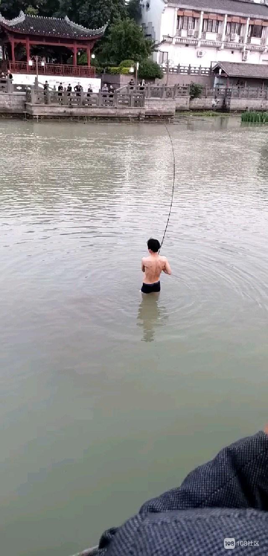 余英坊这小伙不冷?光裸上身下河,岸边站满围观群众