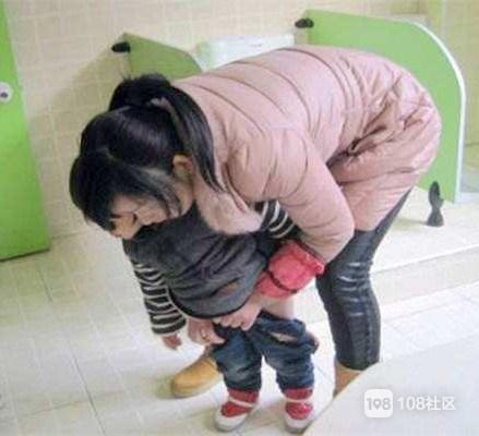 生完二胎老人不顾,开店赚钱的姐妹上厕所都得带娃!